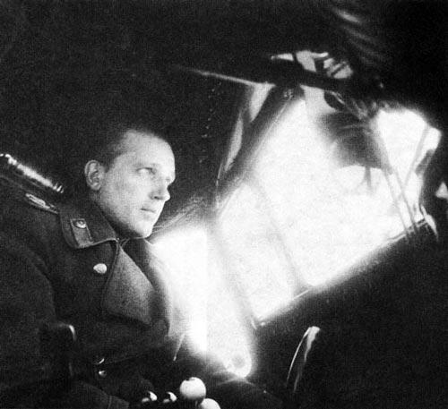 Главный маршал авиации Александр Голованов за штурвалом самолета, 1944 г. Источник: wikipedia.org