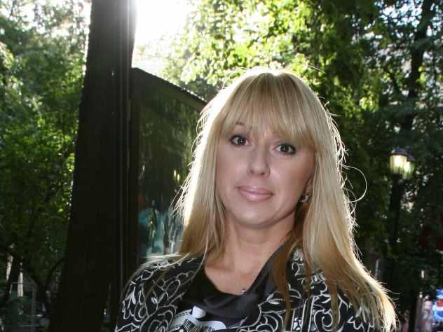 Певица Алена Апина привела в полный восторг своих многочисленных подписчиков. Звезда сейчас находится в столице Азербайджана – Баку, где снимает новый клип. На фотографии, опубликованной в социальной сети Instagram Апина предстала в шикарном багровом платье на фоне пустынного пейзажа. Хмурое небо придало снимку особый колорит.