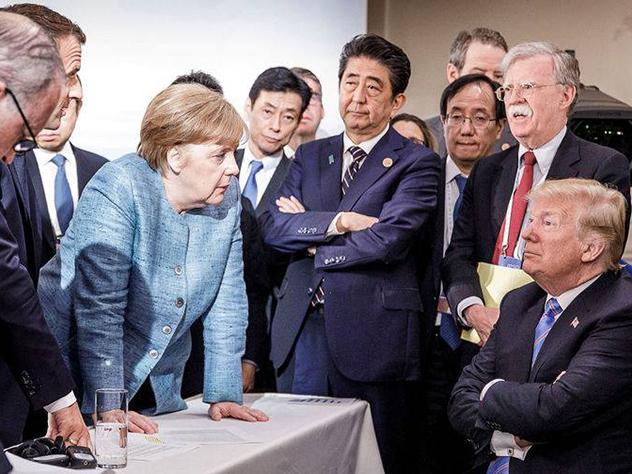 Фотография, сделанная официальным фотографом правительства Германии, мгновенно разошлась на мемы