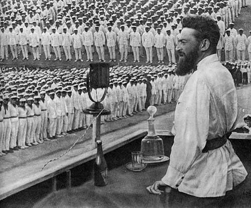 Ян Гамарник принимает парад военных моряков. 1933 год. Источник: wikipedia.org