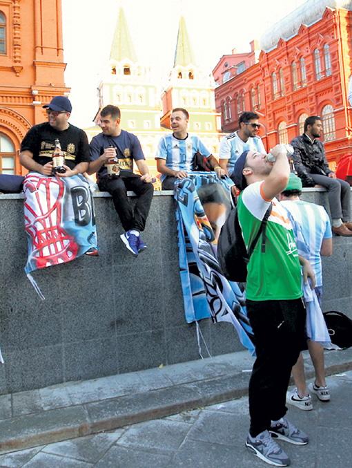Группа поддержки сенегальской сборной убрала за собой мусор с трибун стадиона в Москве. Это произошло после того, как африканцы одержали победу над поляками