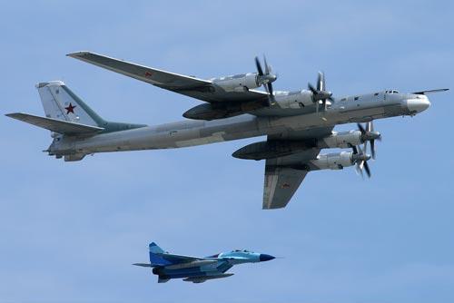 Российский Ту-95 с истребителем сопровождения. Источник: wikipedia.org