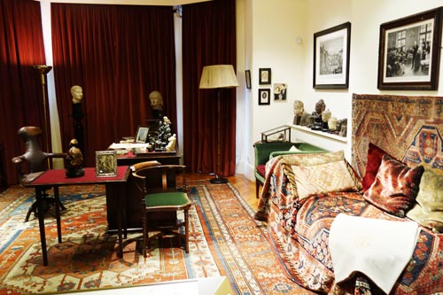 Легендарная кушетка доктора Фрейда, на которой Мари Бонапарт провела многие месяцы. Источник: wikimedia.org