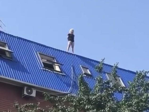 В Ростове-на-Дону девушка в нижнем белье упала с крыши многоэтажки