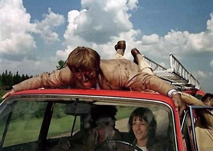 В фильме «Невероятные приключения итальянцев в России» (1973 г.) Андрей Миронов без дублеров исполнял сложные и опасные трюки. Кадр из фильма