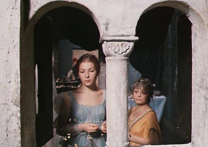 Кадр из фильма «Комедия ошибок», 1978 г. Наталья Данилова (справа) в роли Люцианы