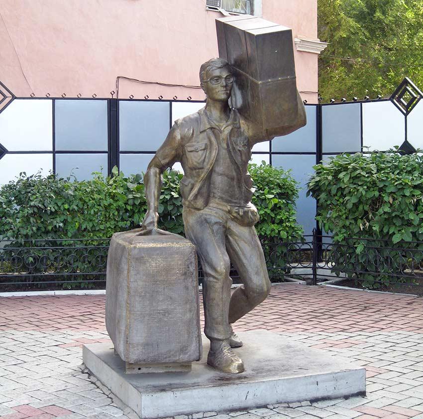 Памятник «челноку» в Благовещенске, Россия.