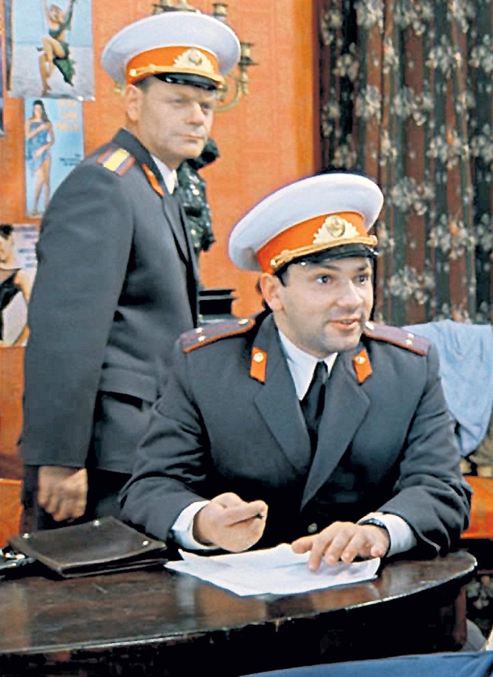 Уральский (слева) и Подшивалов (на переднем плане) достоверно сыграли милиционеров