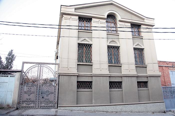 Трёхэтажный особняк артиста с решётками на окнах расположен в элитном районе Тбилиси Ваке