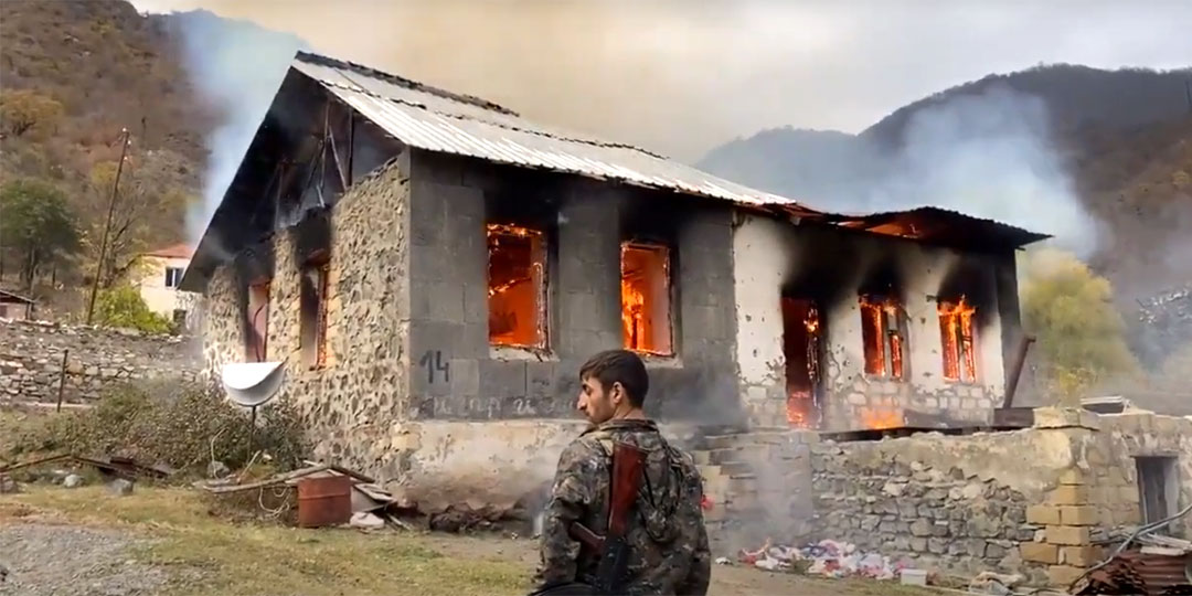 Армяне жгут свои дома, только чтобы не достались Азербайджану